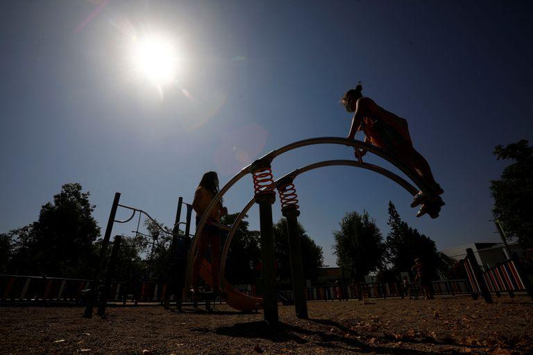 Unas niñas juegan en un parque de Córdoba tras su reapertura.