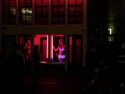 Dos prostitutas en el Distrito Rojo de Ámsterdam en octubre de 2015.