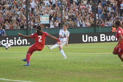 Mariana Larroquette marca el primer gol en el partido de ida contra Panamá.