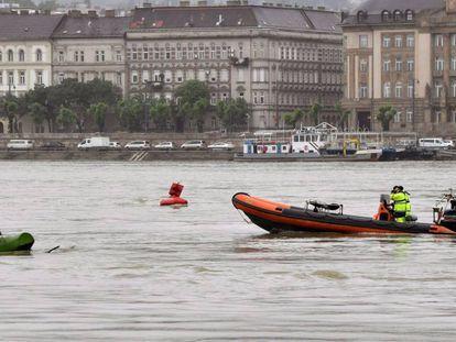 Un equipo de rescate rastrea el Danubio en Budapest (Hungría) tras el accidente fluvial,