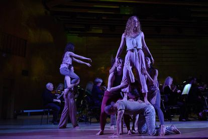 Los bailarines de la Compañía de Danza de Islandia y, al fondo, la Orquesta Sinfónica de Gotemburgo durante la interpretación de 'Aiōn'.