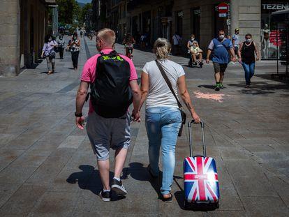 Una pareja de turistas británicos caminan por el centro de Barcelona, el 27 de julio.