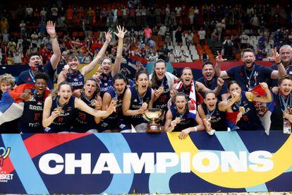 La selección serbia celebra el oro en el Eurobasket