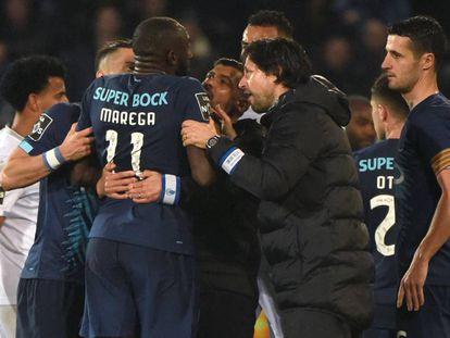 Marega, del Oporto, trata de dejar el campo tras recibir insultas racistas en el partido ante el Vitoria Guimaraes de la liga portuguesa.