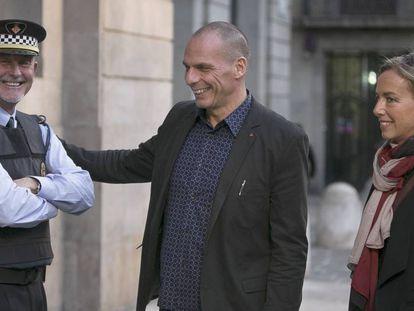 Varoufakis y su mujer en Barcelona, en octubre pasado.