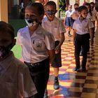 Unos escolares hacen fila en su escuela, en Costa Rica.
