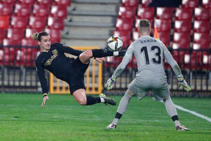 Griezmann marca su segundo gol ante el Granada este miércoles en Los Cármenes.