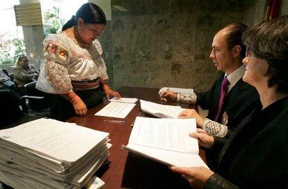 Una mujer jura la Constitución en el Registro Civil de la calle Pradillo de Madrid.