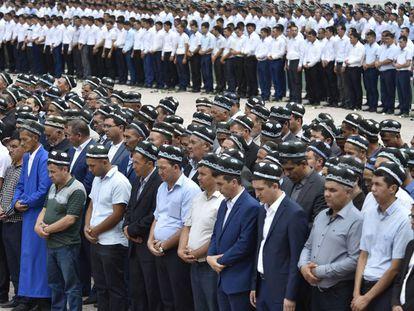 Ciudadanos uzbekos en el funeral de Karímov en Samarcanda el sábado.