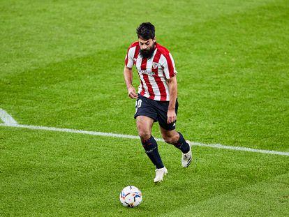 Asier Villalibre, en una acción del partido este lunes en San Mamés entre el Athletic y el Betis.