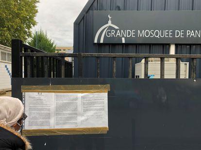 Una mujer lee la orden de clausura de la mezquita de Pantin
