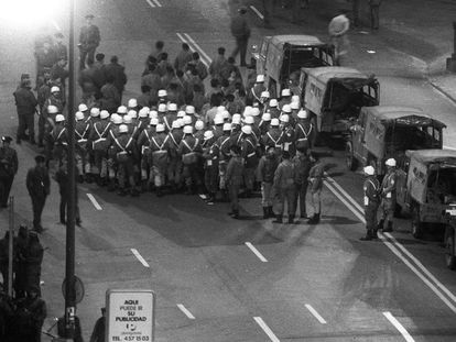 Las compañías de Policía Militar (PM) y Servicios del cuartel general de la División Acorazada, a las puertas del Congreso el 23-F por la noche.