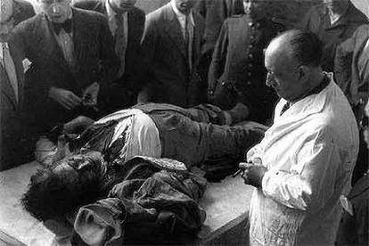 El cadáver de José Calvo Sotelo, antes de que se le practicara la autopsia. El asesinato de este político fue uno de los detonantes de la sublevación militar.