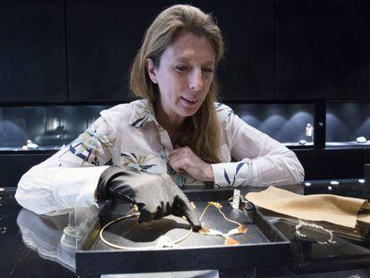 Paloma Sánchez muestra su nueva colección en la joyería que regenta en Pekín.