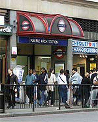 Paseantes londinenses de Marble Arch. Los inmigrantes en Gran Bretaña no proceden de los países del entorno.