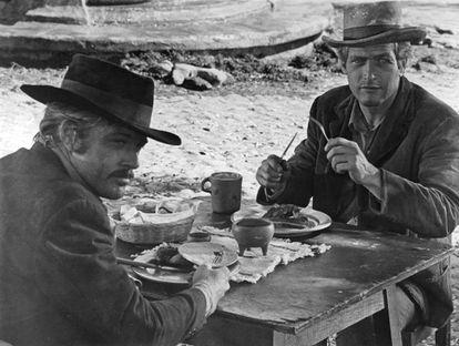 Robert Redford y Paul Newman almorzando en 'Dos hombres y un destino' (1969). Como les pisaban los talones un grupo de tipos para encerrarlos, casi que no repararon en la música ambiental.