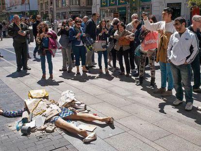 En 'Fashion victims', Yolanda Domínguez sepultó a actrices que simulaban ser blogueras de moda para denunciar las tragedias ocasionadas por el sector textil.