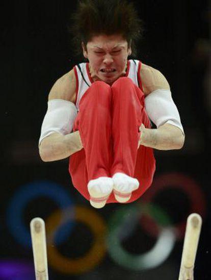 Uchimura, en el ejercicio de las paralelas.