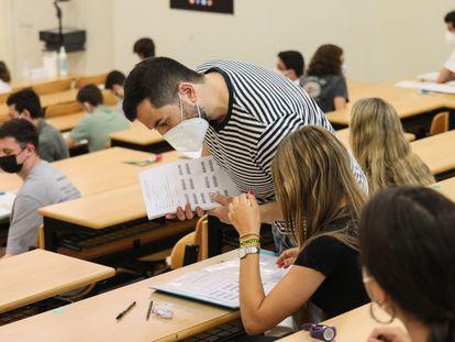 Alumnos durante la prueba de la EBAU, este lunes en la Universidad Complutense de Madrid.