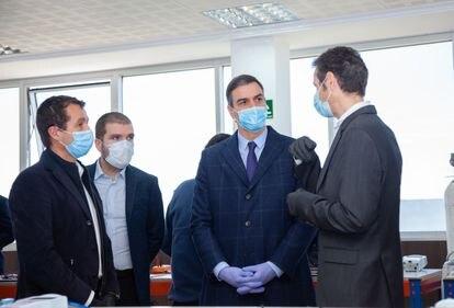 El presidente del Gobierno, Pedro Sánchez, durante su visita a la sede de Hersill el 3 de abril, acompañado de los líderes de la empresa militar Escribano, Ángel y Javier Escribano (en la izquierda de la foto), y el director gerente de Hersill, Óscar Martínez.