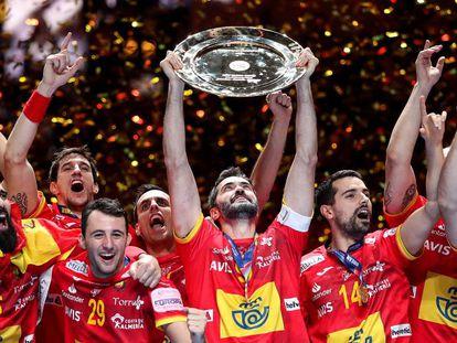 El equipo español de balonmano levanta el trofeo del Euro'2020.