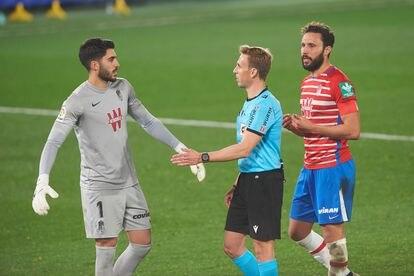 El portero del Granada, Rui Silva, protesta el segundo penalti señalado a favor del Villarreal en el descuento y que terminó deteniendo a disparo de Alcácer. / (AFP)