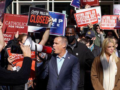 Corey Lewandoswsky y Pam Bondi, asesores de Trump, anuncian acciones legales entre partidarios de Trump para detener el escrutinio de votos en Pensilvania, este jueves.