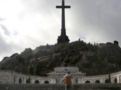 La formación presenta un borrador en el que aboga por demoler la cruz y la espada del mausoleo dedicado al dictador Francisco Franco.