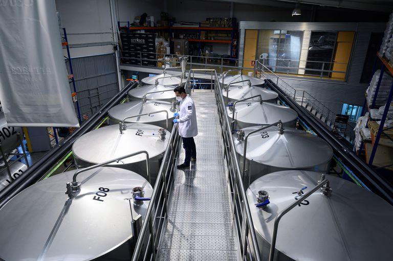 Un operario trabaja este martes en la fábrica de cervezas artesanales Arriaca, en Yunquera de Henares, Guadalajara.