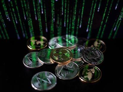 Una ilustración de las criptomonedas litecoin, ripple y ethereum.
