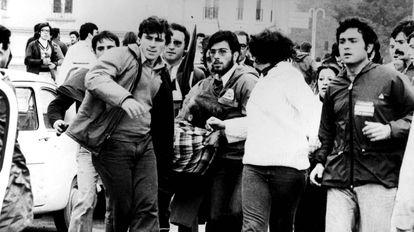 Un grupo de manifestantes traslada a uno de los heridos durante las cargas policiales contra la marcha de protesta en favor de la autonomía el 4 de diciembre de 1977 en Málaga.