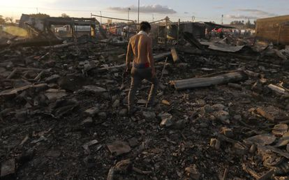 Un hombre camina entre los escombros del mercado San Pablito, en Tultepec.