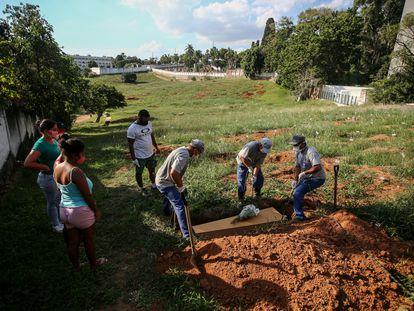 Un funeral de una víctima de coronavirus en el cementerio Campo Santo de Porto Alegre, en Brasil, este 6 de abril.