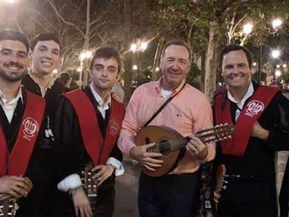 Kevin Spacey con la Tuna de Derecho de Sevilla en una imagen publicada en la cuenta de Instagtam del grupo. En vídeo, el actor interpreta 'La Bamba'.
