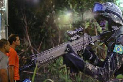 Visitantes observan la imagen de un soldado brasileño, durante la feria internacional de armamento LAAD Defence & Security, en Río de Janeiro (Brasil).