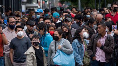 Aglomeración de personas en el centro de Ciudad de México, en junio.
