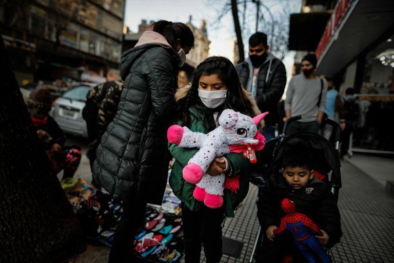 Una familia de Buenos Aires se protege con mascarillas.
