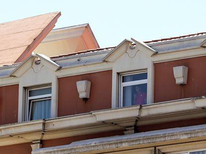 Un jugador del Fuenlabrada se asoma a la ventana de su habitación del hotel de A Coruña, donde se encuentran aislados los jugadores y el cuerpo técnico del equipo tras hallar varios positivos de coronavirus
