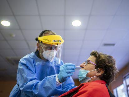 Una mujer es sometida a un test de antígenos en el Centro de Mayores Navacerrada, en Madrid.