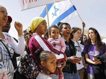 Inmigrantes africanos se manifiestan frente a las oficinas del primer ministro Netanyahu, este martes en Jerusalén.