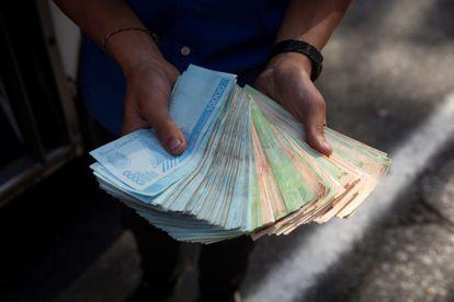 Un transportista muestra un fajo de bolívares, el pasado 12 de marzo de 2021, en Caracas.