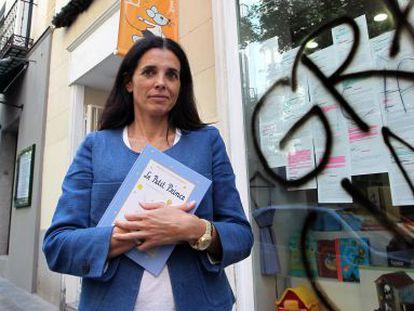 Gemma Archaga, ante el escaparate de Biblioketa, en Chueca. / luis magán