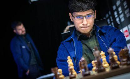 El iraní Alireza Firouzja se convirtió en gran maestro con 14 años. En la imagen, durante la penúltima ronda del Altibox Norway Chess, con el campeón mundial Magnus Carlsen al fondo.