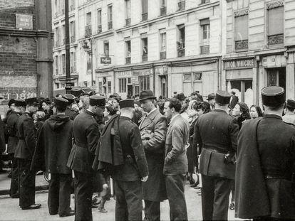 La policía francesa durante la Razia de la tarjeta verde, que tuvo lugar en París el 14 de julio de 1941, en una imagen descubierta por el Memorial de la Shoah de París.