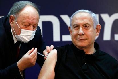 El primer ministro israelí, Benjamín Netanyahu, recibe la vacuna contra la covid, el sábado en Tel Aviv.