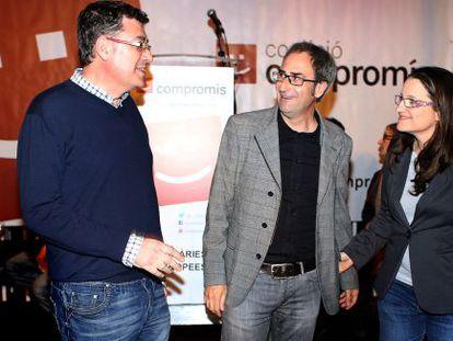 Jordi Sebastià (en el centro), entre Enric Morera y Mònica Oltra.