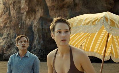 Gael García Bernal y Vicky Krieps, en 'Tiempo'