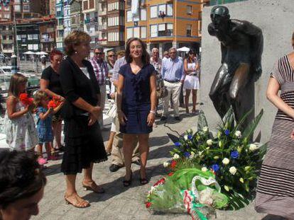 La alcaldesa de Bermeo, Idurre Bideguren (en el centro), ayer tras realizar la ofrenda floral en recuerdo de las víctimas de la galerna de 1912, junto a la diputada de Cultura, Josune Ariztondo (a su derecha).