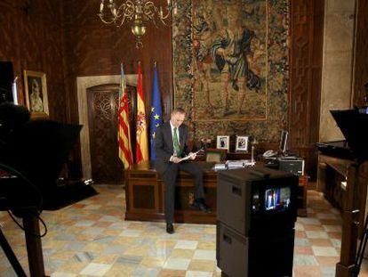 El presidente de la Generalitat, Alberto Fabra, durante la grabación del mensaje navideño que se ha emitido hoy.