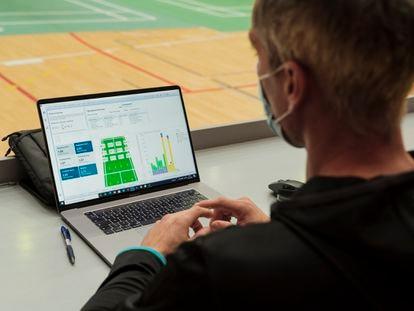 Fernando Rivas, entrenador de Carolina Marín, observa los gráficos que utilizan.